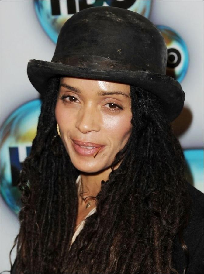 Lisa Bonnet wird plastisch-chirurgisch behandelt